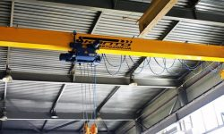 Overhead crane for machine-building holding